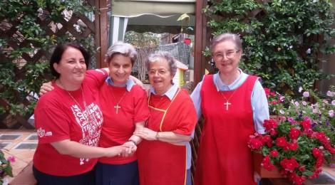 La solidarietà si tinge di rosso: una maglietta contro l'indifferenza e il cinismo dilagante